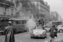 """Events of May-June 1968. Journalists from Radio Télévision Luxembourg (RTL) covering the first violent demonstrations in the Latin Quarter, boulevard Saint-Germain. Paris (Vth arrondissement), on May 6, 1968. Photograph by Jacques Boissay and Bernard Charlet, from the collections of the French newspaper """"France-Soir"""". Bibliothèque historique de la Ville de Paris. © Boissay,Charlet / Fonds France-Soir / BHVP / Roger-Viollet"""