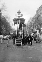 Installation du kiosque-signal du carrefour Montmartre, imaginé par le docteur Goupil (retiré après 20 jours d'utilisation). Paris, 1912. © Maurice-Louis Branger/Roger-Viollet