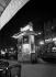 Paris, la nuit. Kiosque Cinzano.     © Pierre Jahan/Roger-Viollet