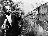Martin Luther King (1929-1968), pasteur américain et leader pour les droits civiques, interviewé à l'endoit où Michael Meyer, jeune homme de 21 ans, fut tué par des gardes à la frontière communiste alors qu''il tentait d''escalader le mur de Berlin pour rejoindre Berlin-Ouest (Allemagne), 13 septembre 1964. © TopFoto / Roger-Viollet