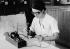 Prélèvement du venin pur de scorpion au moyen d''un appareil électrique. Institut Pasteur d''Alger (Algérie), juillet 1947. © Jacques Boyer/Roger-Viollet