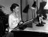 La reine Elisabeth II (née en 1926), enregistrant un message de Noël pour tous les pays du Commonwealth. Auckland (Nouvelle-Zélande), 31 décembre 1953. © PA Archive/Roger-Viollet
