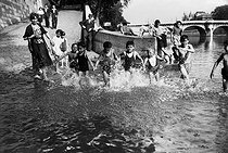 World War II. Children swimming in the Seine. Paris, on July 11, 1941. © LAPI/Roger-Viollet