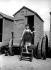 Baigneuse sortant de sa cabine, vers 1910. © Neurdein/Roger-Viollet