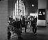 Hommes dans une salle d'attente. Centre fédéral d'immigration d'Ellis Island. New Jersey (Etats-Unis), 1931. © Erich Salomon / Ullstein Bild / Roger-Viollet