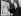 Sir Norman Bishop Hartnell (1901-1979), couturier britannique, montrant une esquisse de la robe de couronnement de la reine Elisabeth II, juin 1953. © TopFoto/Roger-Viollet