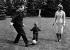 Willy Brandt (1913-1992), homme politique allemand (SPD), chancelier de 1969 à 1974, jouant au ballon en famille. © Roger-Viollet