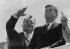 Willy Brandt (1913-1992), homme politique allemand et maire de Berlin-Ouest, et John F. Kennedy (1917-1963), président des Etats-Unis, au mur de Berlin (Allemagne), 26 juin 1963. Photographie de Günther Krüger. © Günther Krüger / Ullstein Bild / Roger-Viollet