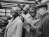 Groupe de femmes accompagnées d''un homme, au marché. Photographie de Janine Niepce (1921-2007). © Janine Niepce / Roger-Viollet