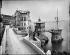 Restaurant de la Réserve, face à la baie des Anges. Nice (Alpes-Maritimes), créé en 1862. La salle, d'architecture italienne, sera complétée par deux constructions reliées entre elles par des passerelles : un luxueux kiosque et une étonnante goélette en ciment baptisée l'Inflexible, construite sur un rocher au-dessus de l'eau. Le voilier va disparaître vers 1940, pour être remplacé par un plongeoir. © Neurdein frères / Neurdein / Roger-Viollet