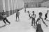 Enfants jouant. Algérie, 1958. Photographie de Jean Marquis (né en 1926). © Jean Marquis/Roger-Viollet