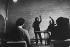 Evelyne Aïello lors d''un stage de direction d''orchestre pour femmes chefs d''orchestre,organisé par la Fondation Yehudi-Menuhin. Abbaye de Fonterrault. Saumur-en-Anjou (Maine-et-Loire), 1982. Photographie de Janine Niepce (1921-2007). © Janine Niepce/Roger-Viollet