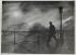 """""""Le passant de la première heure"""". Homme marchant sur le Pont des Arts. Paris (VIème arr.), vers 1950. Photographie d'Edith Gérin (1910-1997). Paris, Bibliothèque Marguerite Durand.   © Edith Gérin / Bibliothèque Marguerite Durand / Roger-Viollet"""