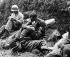 Guerre de Corée (1950-1953). Soldat américain réconfortant un camarade. Région d'Haktons-ni. 28 août 1950. © US National Archives / Roger-Viollet