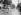 Guerre 1914-1918. Femme nettoyant une rue au jet. Paris. © Maurice-Louis Branger/Roger-Viollet