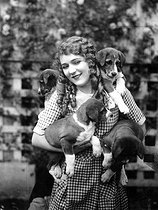 Mary Pickford (1893-1979), actrice canadienne, posant avec ses chiots. 1926. © Ullstein Bild / Roger-Viollet