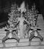 """Line Renaud (née en 1928) dans la revue """"Plaisir"""". Paris, Casino de Paris, 1959. © Studio Lipnitzki / Roger-Viollet"""