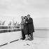 Jules Dassin (1911-2008), acteur et cinéaste américain, Melina Mercouri (1920-1994), actrice et femme politique grecque, et Carl Möhner (1921-2005), acteur, réalisateur, scénariste et peintre autrichien, 6 avril 1957. © Alain Adler / Roger-Viollet