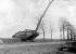 Guerre 1914-1918. Bataille de Cambrai. Un chars d'assaut britannique Mark IV, détruisant un arbre, en chemin pour la gare. Front de l'Ouest, 20 novembre-5 décembre 1917. © Ullstein Bild/Roger-Viollet