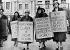 Manifestation de femmes mariées réclamant le droit au travail que Sir Herbert Austin (fondateur de l''Austin Motor Company) leur refuse. Elles proposent de boycotter les voitures Austin. Londres (Angleterre). © Albert Harlingue/Roger-Viollet