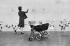 Femme et enfant dans une poussette autour du lac de Round Pond dans Kensington Gardens. Londres (Angleterre), 1958. © Jean Mounicq/Roger-Viollet