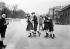 Enfants jouant avec des patins à roulettes. Paris, vers 1910. © Albert Harlingue/Roger-Viollet