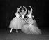 """Pas de quatre"". Alicia Markova, Rosella Hightower, Denise Bourgois et Jacqueline Moreau. Ballets Cuevas. Londres (Angleterre), Stoll Theatre, 1954. © TopFoto / Roger-Viollet"