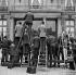 René Coty (1882-1962), président de la République français, présentant le gouvernement de Maurice Bourgès-Maunoury. Installation des photographes. Paris, 13 juin 1957. © Roger-Viollet