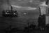 Amoureux sur le quai. Liverpool (Angleterre), 1955. Photographie de Jean Marquis (né en 1926). © Jean Marquis/Roger-Viollet
