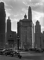 Bridge over the Michigan River, at the far end of the Michigan Avenue. Chicago (Illinois, United States), circa 1930. © Laure Albin Guillot / Roger-Viollet