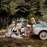 Camping en forêt. Famille pique-niquant près de leurs voitures, des Glas Isar T700. Allemagne, 1950-1960.   © Roger-Viollet