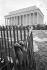 Marche pour les droits civiques. Chaussures de femmes accrochées à une barrière à la fin de la fin de la manifestation. Washington D.C. (Etats-Unis), 28 août 1963. © 1963 Ivan Massar/Take Stock