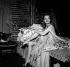 """Jeanne Moreau dans """"La chatte sur un toit brûlant"""" de Tennessee Williams. Paris, théâtre Antoine, décembre 1956. © Studio Lipnitzki/Roger-Viollet"""