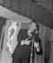 """Jacques Brel (1929-1978), auteur, compositeur et chanteur belge, au cabaret """"La Tête de l'Art"""". Paris, janvier 1963. © Claude Poirier / Roger-Viollet"""