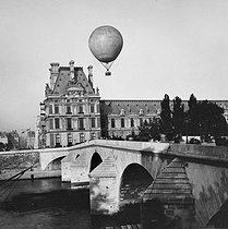 Exposition Universelle of 1878 in Paris. Hot-air balloon flying over the Louvre. View from the Pont Royal. © Léon et Lévy / Roger-Viollet