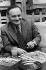 """René Goscinny (1926-1977), dessinateur français et scénariste d'""""Astérix et Obélix"""", 1973. © Ullstein Bild/Roger-Viollet"""