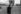Annonce de l'assassinat de John Fitzgerald Kennedy. Parisien lisant un journal sur les Champs-Elysées. Paris, 23 novembre 1963. © Roger-Viollet