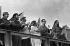 Tribune officielle. Fidel Castro (au fond) avec Ernesto Guevara, Osvaldo Dorticos Torrado et Raúl Castro. Santiago de Cuba (Cuba), 26 juillet 1964. © Gilberto Ante/BFC/Gilberto Ante/Roger-Viollet