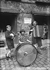 """Elèves du """"Conservatoire des gosses de la Butte"""", place du Tertre à Montmartre ouvert sous la direction d''Olga Regnault en 1940. Paris (XVIIIème arr.). © Albert Harlingue / Roger-Viollet"""