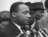 Martin Luther King (1929-1968), pasteur américain et leader pour les droits civiques, donnant une conférence de presse après sa rencontre avec le président Lyndon B. Johnson à la Maison Blanche. Washington D.C. (Etats-Unis), 3 décembre 1963. Photographie de Warren K. Leffler. © Warren K. Leffler/Underwood Archives / The Image Works / Roger-Viollet