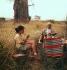 Charlie Chaplin (1889-1977), acteur et réalisateur anglais, et sa fille Géraldine (née en 1944), lors d'un pique-nique, en Afrique.  © Roger-Viollet