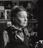 Simone de Beauvoir (1908-1986), femme de lettres française, chez elle. Paris. 1977. Photographie de Janine Niepce (1921-2007). © Janine Niepce / Roger-Viollet