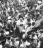 Gandhi (1869-1948) allant à la rencontre du vice-roi britannique. Simla (Himachal Pradesh, Inde), juin 1945. © TopFoto/Roger-Viollet