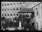 """Guerre 1914-1918. A l'hôpital américain de Neuilly-sur-Seine, juillet 1917 : Justin Godard quitte l'hôpital après avoir assisté à la clôture solennelle de l'ambulance dont l'oeuvre sera continuée sous la direction de l'armée américaine. Photographie parue dans le journal """"Excelsior"""" du lundi 23 juillet 1917. © Excelsior – L'Equipe/Roger-Viollet"""