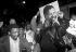 Foule en liesse devant l'ambassade d'Afrique du Sud suite à l'annonce de la libération de Nelson Mandela (1918-2013), homme d'Etat américain. Londres (Angleterre), Trafalgar Square. 1991. © PA Archive / Roger-Viollet