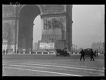 World War One. Removal of the protection on Parisian monuments against German air raids. The Arc de Triomphe, side of the Marseillaise - Departure of the Volunteers of 1792 by François Rude. Paris (VIIIth arrondissement), late November 1918. © Excelsior – L'Equipe/Roger-Viollet
