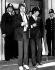 Mick Jagger (né en 1943) et Keith Richards (né en 1943), deux des membres des Rolling Stones, groupe vocal britannique, quittant un tribunal après une comparution pour détention de drogues. Tribunal de Chichester (Angleterre), 10 mai 1967. © TopFoto / Roger-Viollet