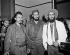 Fidel Castro (1926-2016), homme d'Etat et révolutionnaire cubain, et deux chefs du Mouvement du 26 juillet, Faure Chomon et Rolando Cubela, lors d'une réunion pour résoudre les problèmes entre les deux groupes. La Havane (Cuba), janvier 1959. © Saavedra / The Image Works / Roger-Viollet