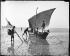 Pêcheurs dans la baie. Le Mont-Saint-Michel (Manche), vers 1900. © Léon et Lévy/Roger-Viollet