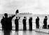 """Membres de l'équipage du """"HMS Wakeful"""" saluant le dernier voyage du paquebot """"Queen Mary"""". Southampton (Angleterre), 31 octobre 1967. © PA Archive/Roger-Viollet"""